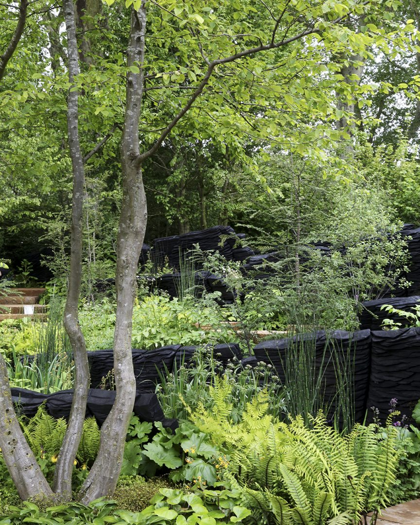 Puutarhan trendejä maailmalta Luonnon mahti näkyy rehevässä vihreydessä. Maisemasuunnittelija Andy Sturgeonin suunnittelema The M&G Garden herätti huomiota erilaisten kasvien monipuolisella rehevällä kokonaisuudella. Mustaksi poltetut tammilankut muodostavat taiteilija Johnny Woodfordin tekemän veistoksen. Veistos polveilee rajaavana elementtinä ja tärkeänä osana puutarhaa, ja sen inspiraationa ovat olleet Australian rannikolla olevat vanhat kivimuodostelmat.