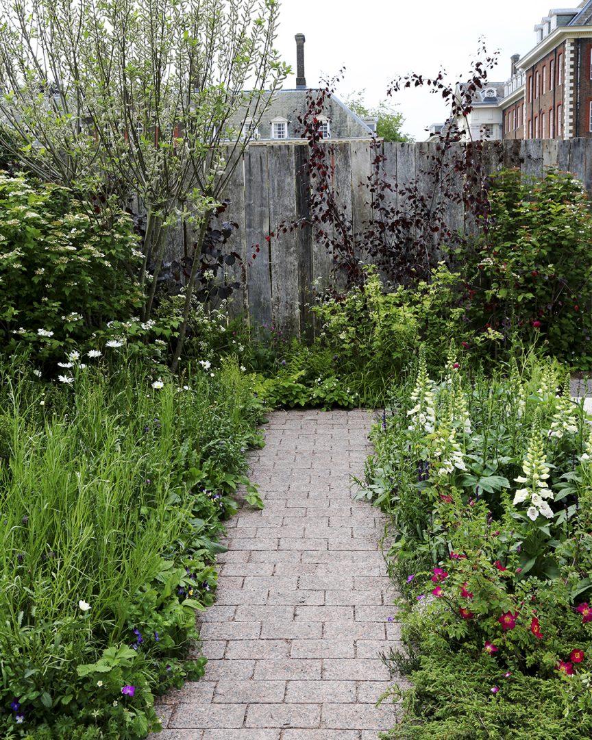Puutarhan trendejä maailmalta The Roots in Finland Kyrö Garden sai inspiraationsa suomalaisesta maisemasta ja luonnosta. Puutarhassa kohtasivat mm. herkät niittykukat, lumoavat ruusut ja pionit, pieneliöiden rakastama raita, kotimaisen maiseman tutut kataja ja koivut ja kansalliskukkamme kielo Kekkilä