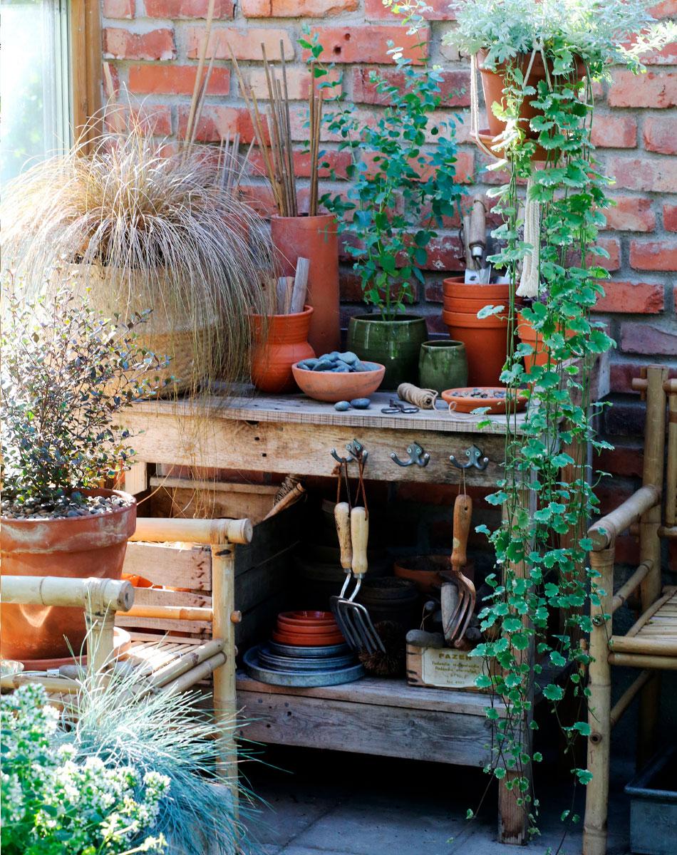 kesäkukkatrendit puinen pöytä puutarhassa