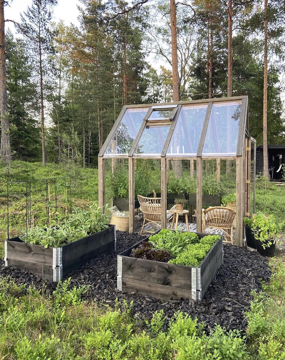 kasvihuone ja hyötykasvitarha